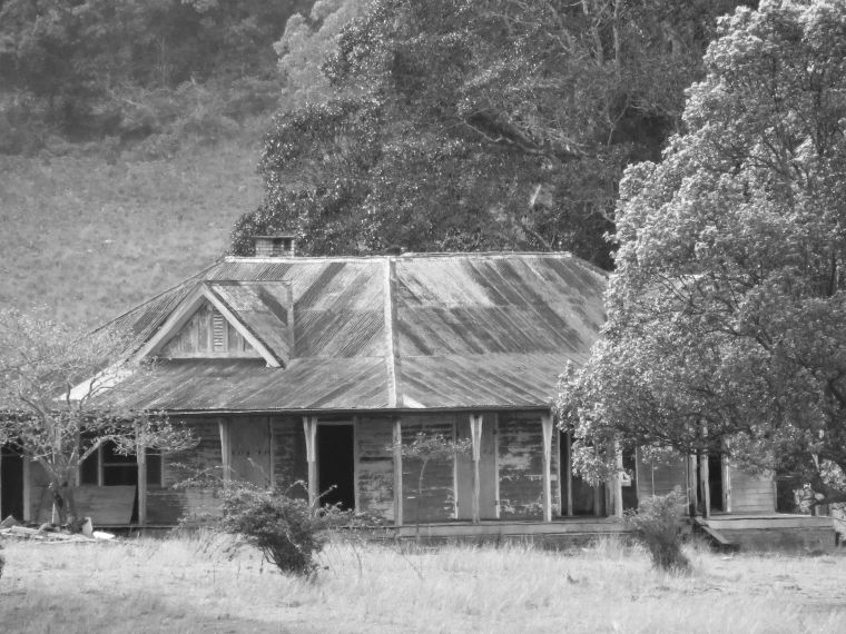 traces-of-the-past_bw_farmhouse_bently