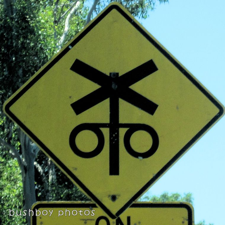road signs_train crossing