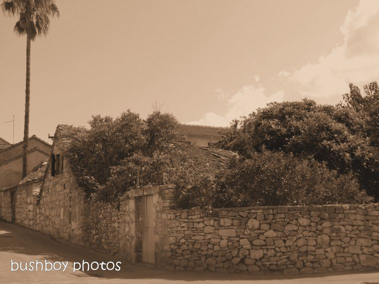 181106_blog challenge_sepia_brac_croatia_rock_wall